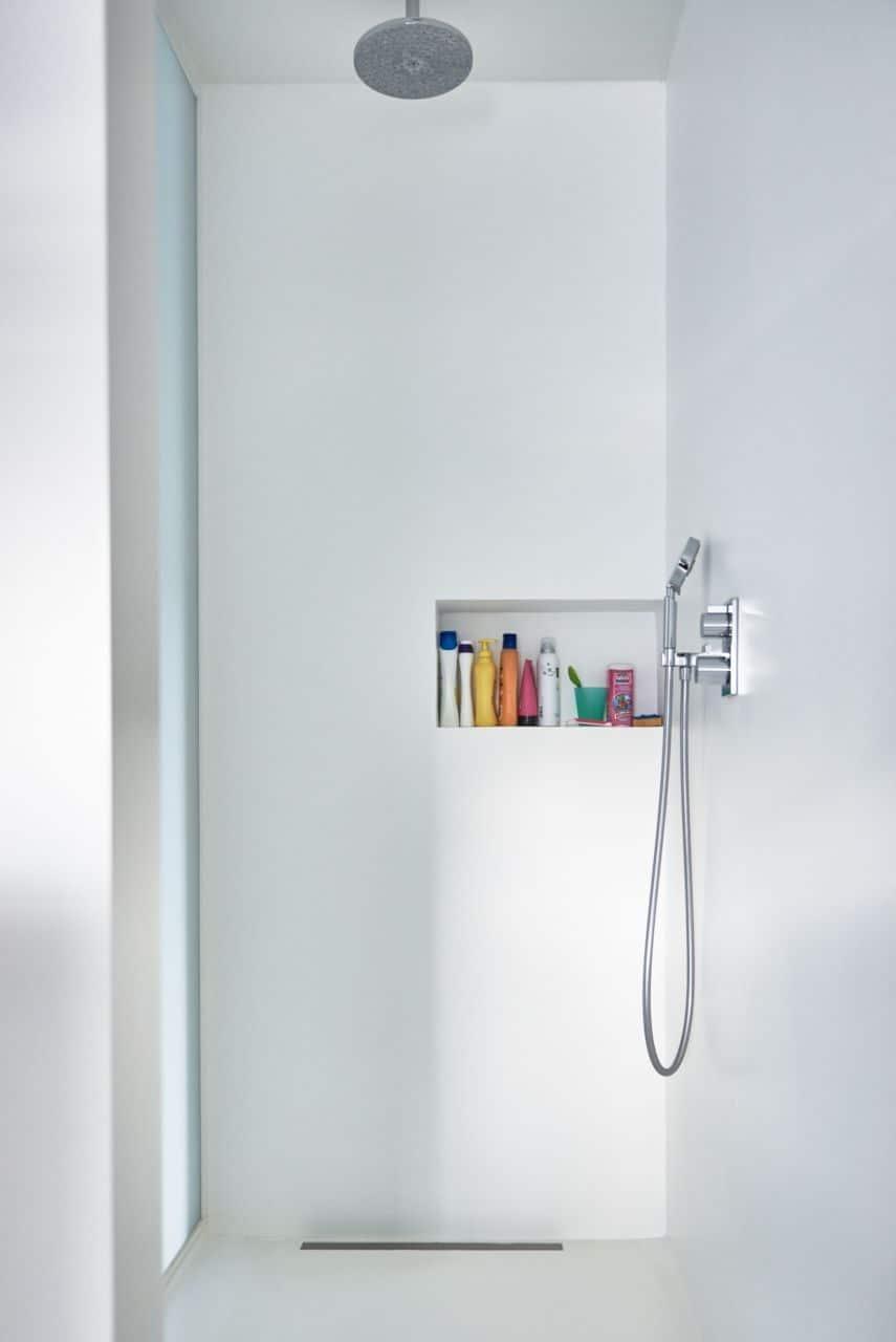 gietvloer badkamer over tegels inspirerende Witte PU gietvloer in douche alsook op de wanden Geen voegen Super Collection