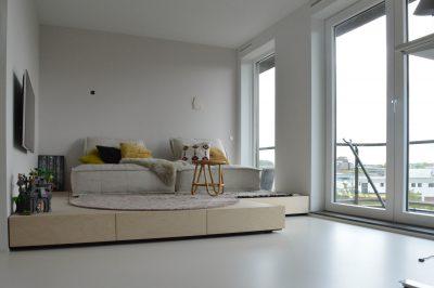 Sfeervolle woonkamer met een gietvloer